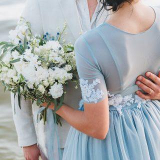 Ça vous plairait de vous marier avec une robe de couleur ?   Et oui, il n'y a pas que le blanc pour votre robe de mariée, sachez que la robe dans laquelle vous vous sentez bien est celle qui vous ira le mieux 😉  #mariagebleu #robebleue #mariage2021 #mariageenvue #mariagepastel #event #bouquetdemariée #thememariage #mariageoriginal